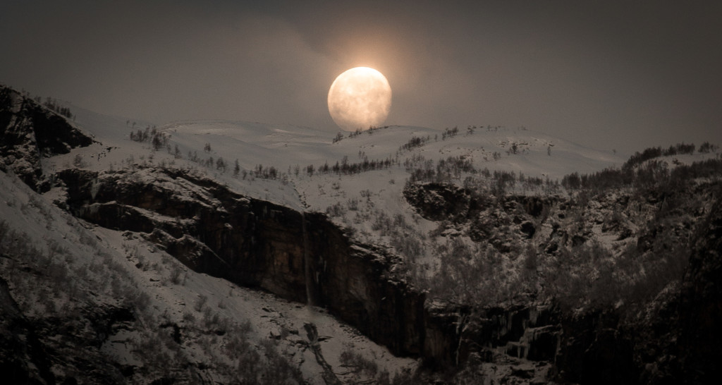 Moonrise_Over_The_Mountains_By_Paul_Edmundson